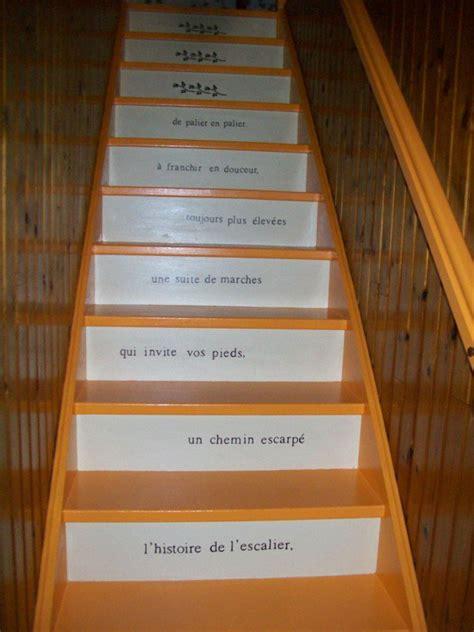 escalier marche de couleur mandarine contre marche