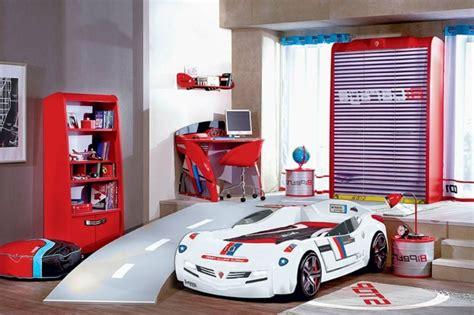 chambre garcon voiture le lit voiture pour la chambre de votre enfant archzine fr