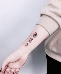 Rosen Tattoo Klein : die besten 25 tattoos arm frau rosen ideen auf pinterest tattoo arm frau rosen rosen tattoo ~ Frokenaadalensverden.com Haus und Dekorationen