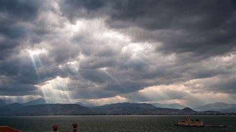 Wolkenstrahlen über Dem Saronischen Golf Griechenland Bing Fotos
