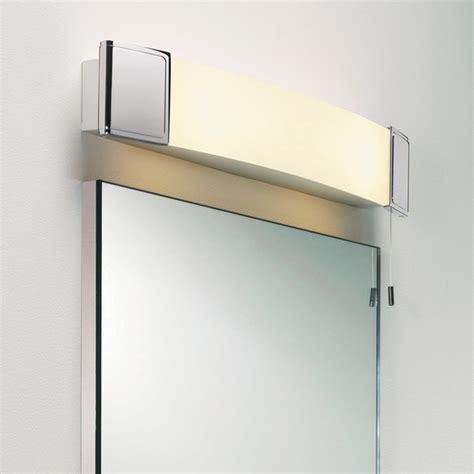 applique dessus de miroir de salle de bain avec prise
