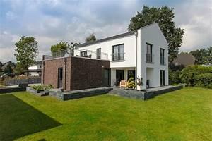 Häuser Im Bauhausstil : modernes einfamilienhaus mit satteldach architektur garage als flachdach anbau haus bauen ~ Watch28wear.com Haus und Dekorationen