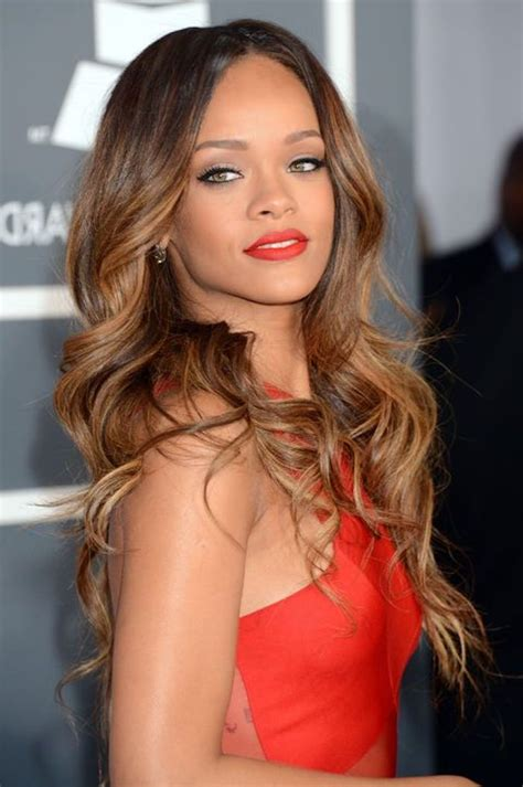rihanna rotes kleid trendige frisuren mоderne haarfarben und haarschnitte frisuren hellbraunes haar trendige