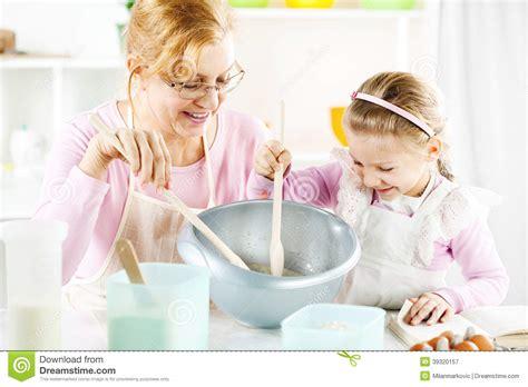 grand m 232 re et fille dans une cuisine photo stock image 39320157