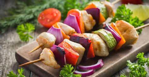 sodomie dans la cuisine recette de brochettes de poulet aux tomates courgette et oignon pour barbecue