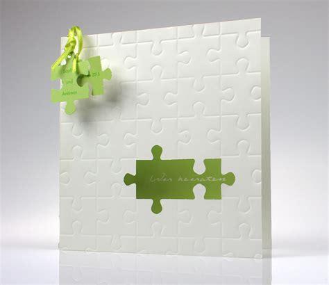 hochzeitskarte  weiss mit gruenen puzzleteilen und
