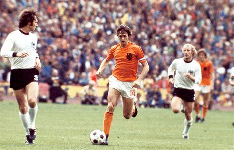 Johan cruijff il giorno del suo debutto in nazionale olandese, il 7 settembre 1966 in una gara di qualificazione agli europei contro l'ungheria. Hij was de bekendste levende Nederlander ter wereld ...