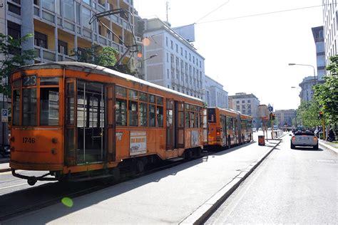 schiaffi sul sedere chiede a un giovane il posto sul tram lui la