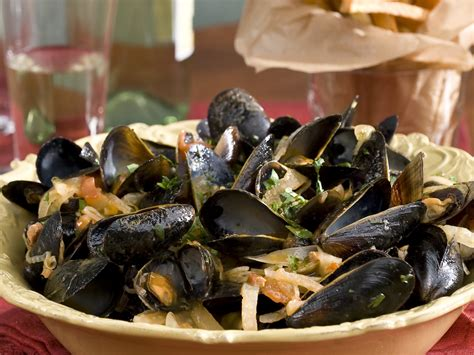 emeril lagasse steamed mussels   tomato  fennel