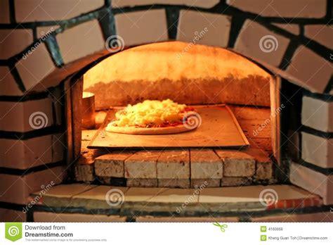 pizza four a bois four de pizza photos libres de droits image 4160668