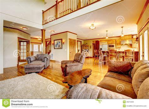 cuisine de a 0 z salon avec le sofa à haut plafond de cuisine et de cuir