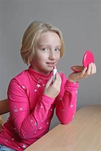 Schönes 10 Jähriges Mädchen : sch nes blondes schulpflichtiges m dchen malt ihre lippen mit kinderlippenstift sie herrichtet ~ Yasmunasinghe.com Haus und Dekorationen