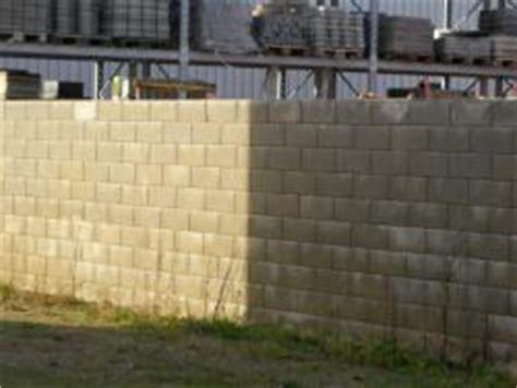 garten und landschaftsbau düsseldorf stabile wand grundstuecksabgrenzung mit eckigen betonsteinen betonfertigsteine die nach dem