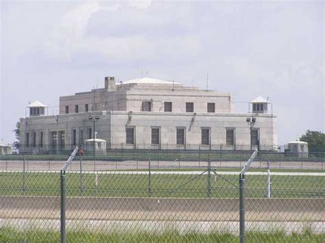 Its gold vault is surrounded by thick granite walls that are topped by a bombproof roof. Only One President Has Ever Been Inside Fort Knox... Why ...
