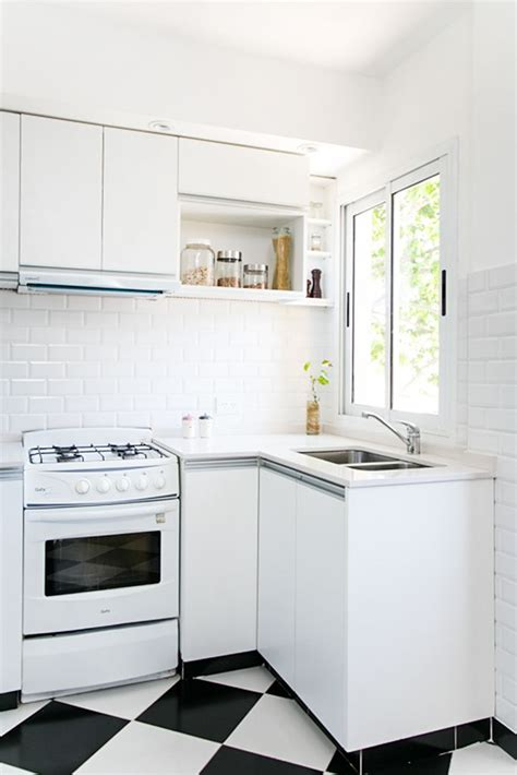 cocina  piso tipo damero muebles de melamina blanca
