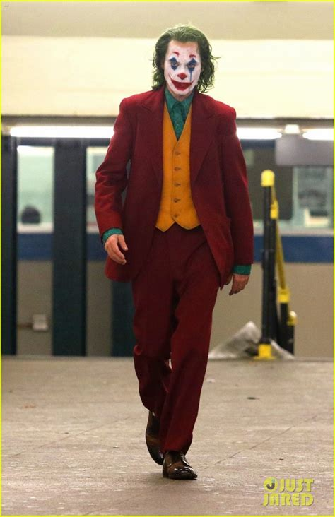 joaquin phoenixs joker casually walks  nyc subway