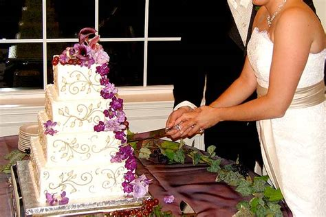 how to cut a wedding cake the tradition of cake cutting american wedding wisdom
