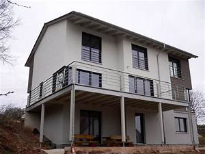 einfamilienhaus modern holzhaus satteldach eckfenster With französischer balkon mit plastiktisch garten