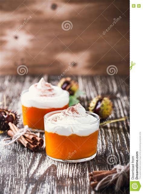 dessert fait maison d automne de mousse de potiron avec la cr 232 me fouett 233 e photo stock image