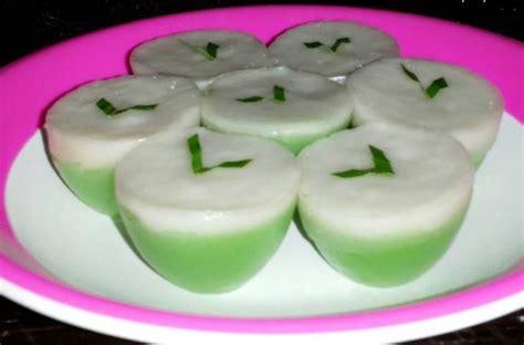 Siapkan panci untuk merebus santan, gula pasir, daun pandan, garam dan pasta pandan. Resep Kue Talam Pandan Lezat