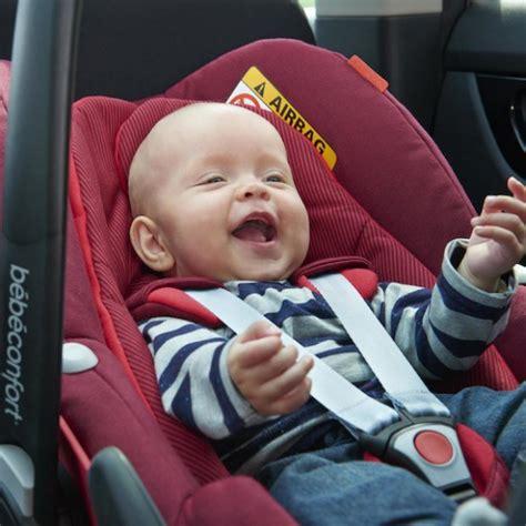 siege auto bebe fille voyager en voiture avec bébé sièges auto isofix au banc