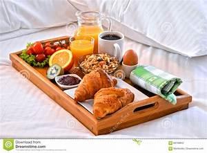 Plateau De Petit Djeuner Dans Le Lit Dans La Chambre D