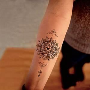 Mandala Tattoo Unterarm : junge frau mit mandala tattoo am unterarm kleines tattoo amunterarm mit mandala motiven kleine ~ Frokenaadalensverden.com Haus und Dekorationen