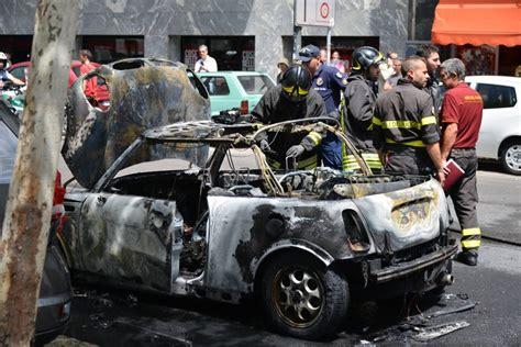 age si e auto foto porta genova l 39 auto si incendia e il traffico va in