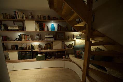 lit mezzanine canapé aménagement sous l 39 escalier constitué d 39 un coin lecture