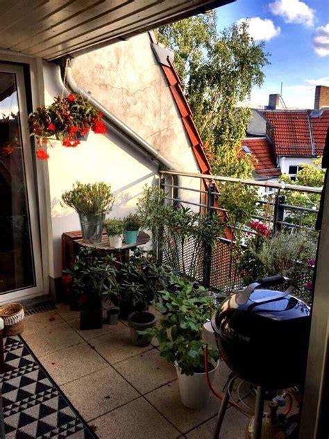 Schöner Balkon Mit Wenig Geld sch 246 ner balkon mit blumen und pflanzen eingerichtet