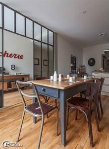 dans une cuisine deux chaises industrielles en bois et With deco cuisine avec chaise sam
