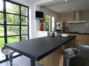 plan de travail cuisine granit noir et table centrale With idee deco cuisine avec table en pierre