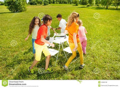 jeu des chaises musicales mariage enfants courus autour de jouer le jeu de chaises musicales photo stock image 43080138