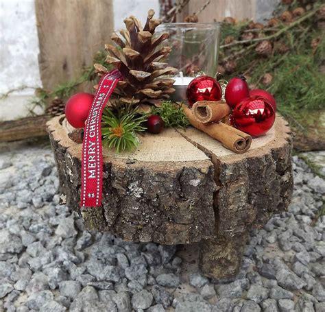 kleine gestecke weihnachten weihnachten advent holz gesteck teelicht auf holzscheibe rot natur florales design