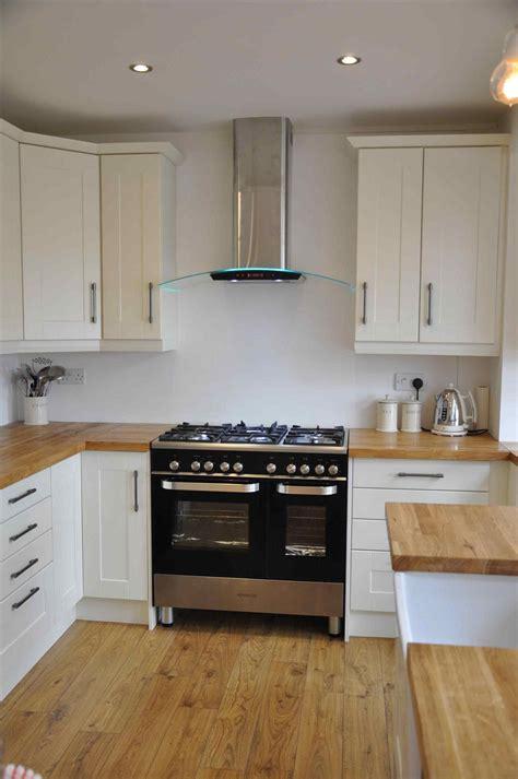 Kleine Weiße Küche Mit Holz Arbeitsplatten, Beeindruckende