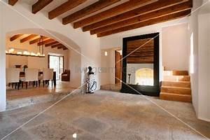 Holzbalken In Decke Finden : steinboden und holzbalkendecke im eingangsbereich einer spanischen villa bild kaufen ~ Bigdaddyawards.com Haus und Dekorationen