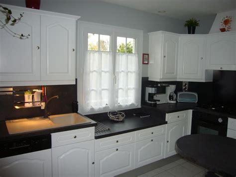peindre meubles cuisine en blanc avec plan de travail noir