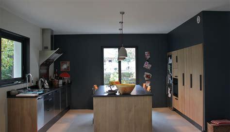 cuisine contemporaine peinture mur gris foncé cuisine en