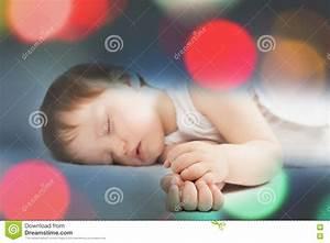 Sonno Dolce Del Neonato Su Un Letto Bianco Alla Notte