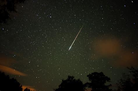 impresionante lluvia de estrellas fugaces  empezar el