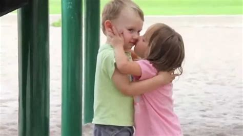dos ninos besandose por primera ves muy tiernos tienes  verlo youtube