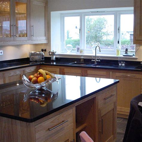 cuisine granit noir granit pour plan de travail de cuisine et salle de bain