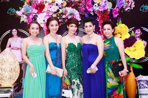 Hoa Hậu Việt Nam Duyên Dáng Trong Tà áo Dài