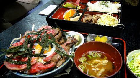 materiel cuisine japonais menu dans un restaurant à takayama avec boeuf de hida riz soupe pickles