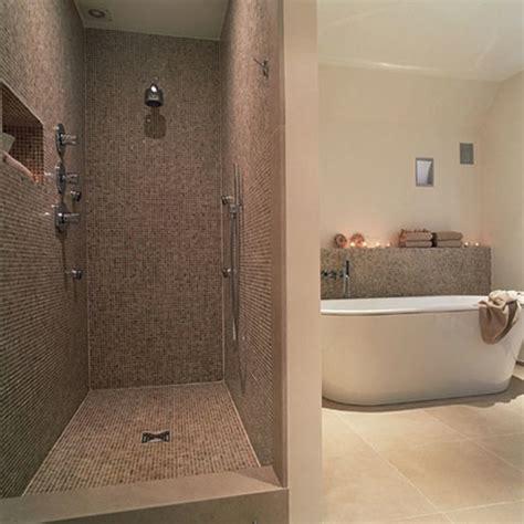 id 233 e salle de bain avec italienne soin en image