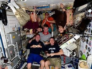 Dlaczego kosmonauci unoszą się na stacji kosmicznej? Czy ...