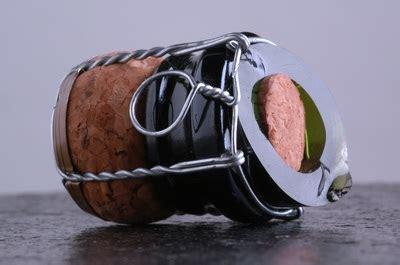 Nella vittoria è un merito, nella sconfitta una lo sabreur è colui che apre la bottiglia di champagne grazie alla sabre, ossia alla sciabola. Come stappare una bottiglia di champagne come un ...