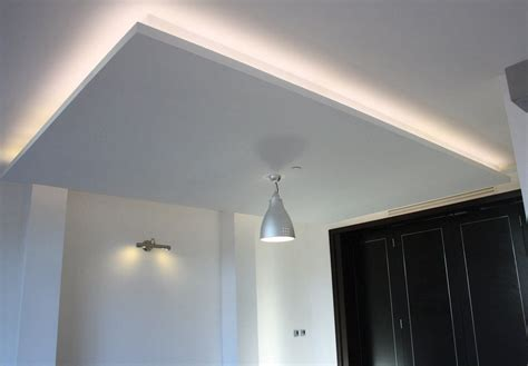 luminaire plafond chambre salle de bain blanche et