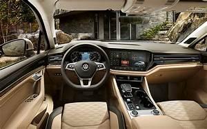 Comparison - Mitsubishi Pajero GLS 2018 - vs - Volkswagen