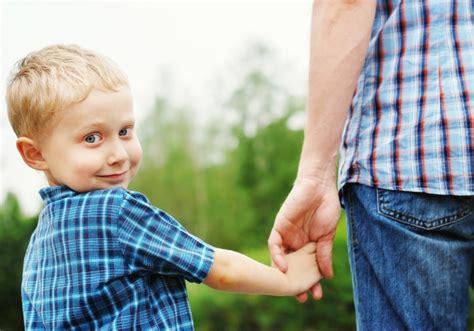 В каких случаях отец или мать могут добровольно отказаться от родительских прав